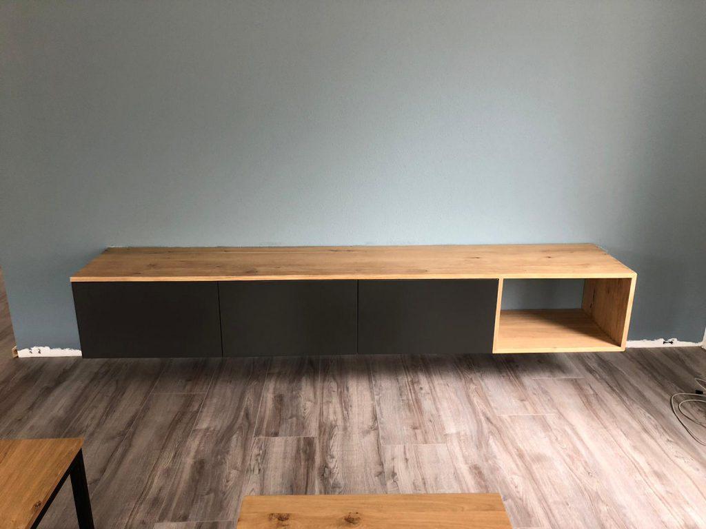 tv meubel met zwarte accenten
